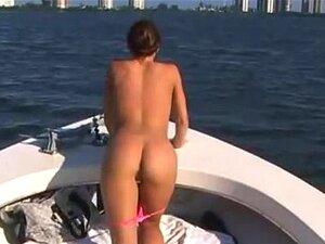 Alissa Ashley E Um Operador De Câmara Leva Um Du De Passeio De Barco Porn
