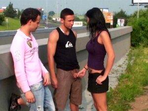 Gang Bang De Rua Público Adolescente Peituda Por Caras Com Paus Grandes Em Plena Luz Do Dia Por Um Hughway Ocupado Porn
