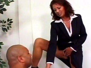 A Estrela Porno Vanessa Videl Anseia Por Carne Escura, A Infame Vanessa Videl é Uma Estrela Porno Que Adora Brincar Com Carne Escura. Enquanto Estava Sentada Atrás De Sua Mesa, Ela Faz Cócegas Em Seu Clitóris Com Um Vibrador De Foguete De Bolso Para Se Pr Porn