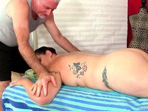 O Gordo Kailie Raynes Massajou O Corpo Carnudo E A Cona. O Gordinho Sexy Visita Um Massagista E Deita-se Nu Na Mesa De Massagens E Começa A Massajá-la, Depois Provoca-lhe A Rata Com Um Dedo E Um Vibrador, Depois Também Usa Um Vibrador Para Lhe Dar O Orgas Porn