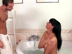 Kinga Melharuco Grande Goza Este Pau Duro Em Uma Aba De Banho, Porn