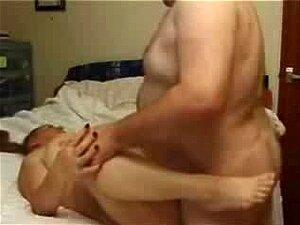 Mulher Madura Sendo Socada Por Seu Marido Neste Porno Amador, Outro Casal De Velhos Fazendo Sexo Hardcore Nesta Fita De Sexo Privado. Dois Babacas Com Tesão é Igual A Sexo Ao Extremo. Você Pode Ver Sua Xoxota Penetrou Com Seu Pau Velho. Porn