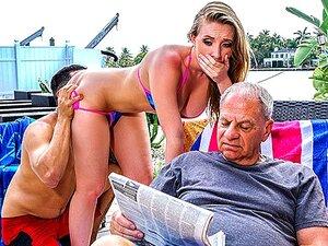 A Harley Jade Não Diz Ao Avô AssParade, Não Só A Harley Jade Tem Um Dos Maiores Rabos Lá Fora, Como Também é Uma Das Miúdas Mais Excêntricas Lá Fora. O Avô De Harley E Seu Vizinho Bruno Estavam Na Churrasqueira BBQ Quando Ela Se Aproximou Deles E Começou  Porn