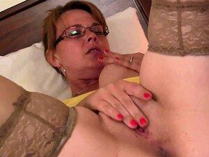 O Genro Encontra A Mãe Mais Velha A Comer A Rata Rapada. Porn