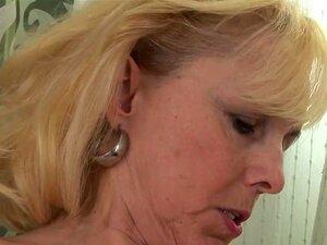 Milf Loira é Fodida Com Um Vibrador Por Seu Amante Sensual, Milfs Adoro Ser Parafusado Duro Com Todos Os Tipos De Objetos Grandes. Esta Loira é Perfurada Até O Clímax Da Sua Amante Morena Com Um Vibrador. Porn