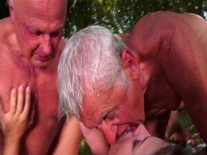 Adolescente Fode Velho Dois Num Ménage à Trois Porn