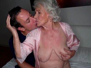 A Norma Busty Elder Chupa Pilas Antes Da Penetração. Porn
