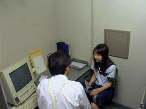 A Pequena Cabra Japonesa Foi Fodida Pelo Chefe Da Segurança, A Miúda Gira Do Japão Estava A Roubar Numa Loja E A Segurança Apanhou-a. Para Lhe Dar Uma Lição, O Chefe Excitado Fodeu-a Com Muita Força. A Câmara Voyeur Filmou A Sua Acção Quente. Porn