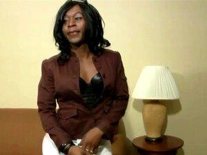 Ebony Tgirl Em Lingerie Preta Envolve A Boca Em Torno Galo Branco Porn