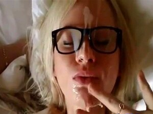 Facial. O Marido Faz Da Mulher Uma Prostituta Bimba Ao Vir-se Na Cara Dela, Depois De Ela Ficar Com A Cara Coberta Com O Seu Esperma, Ela Corre Para O Lavar. Porn