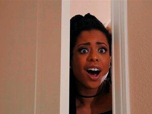 A Adolescente Negra Kira Noir Quer Muito Uma Pila Gigante No Rabo. A Adolescente Negra Kira Noir Quer Mesmo Uma Pila Gigante No Cu Depois De Descobrir O Tamanho Da Pila Dele Quando Espreita Para O Quarto Dele. Porn