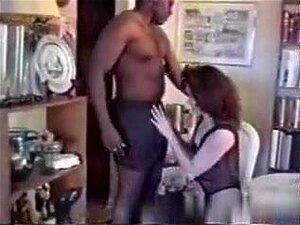 Presente De Aniversário Corno Para A Esposa, Porn