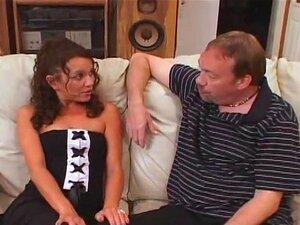 A Pequena Mulher Cabra Treinada Para Engolir Esperma, A Aleena é Uma Miúda Minúscula Que Precisa De Aprender A Engolir Esperma Para O Seu Marido. O Dirty D Dá-lhe Uma Boa Foda E Uma Boca Cheia De Sémen Para Engolir! Porn