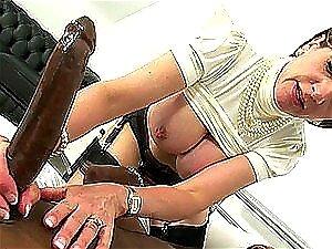 MILF Depravada Chupa E Bate Uma Punheta Muito Deliciosa A Um Caralho Negro Enorme Porn