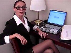 Mulher De Negócios Sofisticada Em Striptease Sexy. A Alesha Fica Fabulosa Com O Fato Bem Passado E óculos Sofisticados, Mas Não A Confundas Com Uma Puritana. Ela Lentamente Se Despe Para Revelar Seu Sutiã Preto De Renda E Calcinhas. Enquanto Ela Desliza P Porn