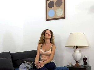 Cacheados Cabelos Fode Amador Na Carcaça, Slim Encaracolada Cabelos Amador Querida Despir-se Na Entrevista De Fundição Em Seguida Dando Punheta De Falso Agente E Se Masturbar Na Frente Dele Antes De Ele Transar Com Ela No Sofá Porn