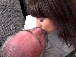Linda Namorada Adolescente Sexo A Três Chupa Pilas De Velho E Engole Uma Grande Carga Porn