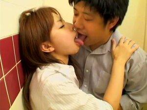O Casal Japonês Tem Sexo Na Casa De Banho Em Filmes Pornográficos Spy Cam, Kiyoko é Uma Garota Japonesa Sexy Que Gosta De Chegar Ao Clímax Depois Que Seu Namorado Está Transando Duro Com Sua Cona. Neste Vídeo Voyeur Com Cenas Pornográficas, Eles Têm-no Na Porn