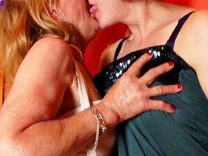 Lésbicas Maduras Descascamento E Beijar Porn
