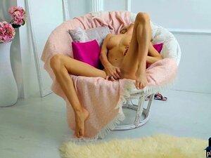 Uma Russa Loira De Lingerie Sexy Com Dedos Na Rata. Miúda Russa Loira Com Lingerie Sexy Nancy Um Dedo A Rata Dela Numa Cadeira Confortável Até Ela Ter Orgasmos Porn
