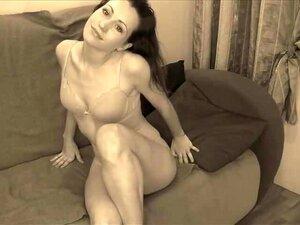 A Jovem E Sexy Larissa Masturba-se à Frente Da Cam. Porn