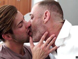 Um Gay Tatuado Gosta De Foder Um Amigo Em Diferentes Poses. Porn