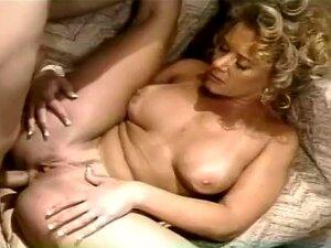 Uma Montagem De Raparigas Que Adoram Chupar Pilas, é Um Filme Sexy Com Várias Cenas De Raparigas Que Adoram Dar Cabeçadas. Uma Rapariga Encontra-se Com Um Tipo Numa Loja De Motos E Põe-se De Joelhos Para Lhe Chupar A Pila, Ela Sabe Como Chupá-lo Para O De Porn