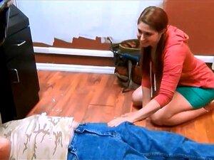 Reparador De Velha Garota Adorável Ajudando Porn