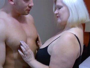 Um Bocado De Esperma Quente Na Boca De Laceys. Lacey Starr é Uma Velhinha Que Tira Uma Foto De Um Musculoso Que Está Meio Nua Então Ela Sensualmente Tocar Seu Corpo Duro E Mostrou Seus Peitos Grandes Ela Suga-lo Profundamente Em Sua Garganta Até Que Ela Q Porn