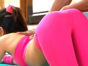 Instrutor De Ginástica FitnessRooms Puxa Para Baixo Suas Calças De Ioga Porn