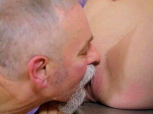 Sedutor Filhote Jovem Leva Pau Velho Desagradável Em Sua Boca Sensual Porn