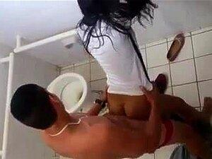 Colegas, Apanhadas A Foder No Banheiro Do Colégio, Porn