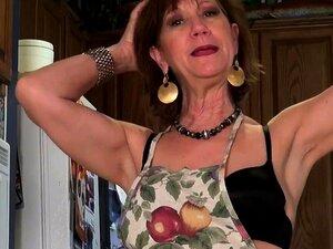 A American Gilf Penny Fica Ocupada Na Cozinha. Porn