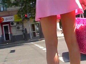 Anágua Mini Rosa Atrevida A Anágua, Cor-de-rosa é Tão Delicada E Feminina, Não Admira Que Muitas Mulheres Amá-lo. Neste Filme De Upskirt Voyeur Um Saiote De Mini Rosa Produz Um Brilho Suave Na Bunda De Upskirt Da Beleza. Muito Charmoso E Molhar A Garganta Porn