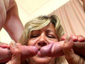 A Velha Madura Toma Duas Pilas De Ambos Os Lados. Old Mature Toma Dois Galos De Ambos Os Lados Porn
