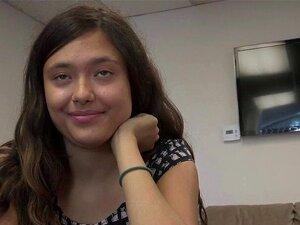 A Mia Grand Gosta De Bater Bem. A Adolescente Boazona Brinca Consigo Mesma Enquanto Chupa Pilas Para Poder Fodê-la Com Mais Força. Porn