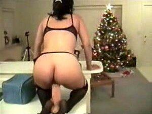 Natal Presente Tentada, Imunda Menina é Tão Impaciente! Ela Pode T Ajudar Vendo O Seu Presente De Natal E Tenta-lo Imediatamente Quando Encontra Um Grande Vibrador Sólido Na Caixa! Porn