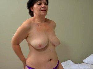 A Avó Velha Com Uma Rapariga Bonita A Masturbar-se Com Vibrador Porn