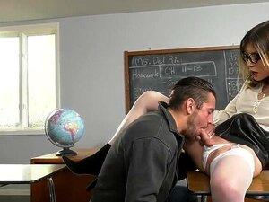 A Professora Busty Trans, Korra Del Rio, é Uma Porcaria E O Sexo Anal é Uma Merda. A Professora Busty Trans, Korra Del Rio, Tem Um Tipo Na Sala De Aula A Bater-lhe Uma.As Mamas Grandes, O Shemale, Lixam-nos A Ambos.A  Tgirl  Faz Com Que Lhe Chupem A Pila  Porn