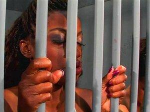 Ação Lésbica Interracial Na Cadeia Porn