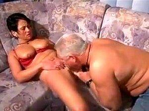 A Busty Madure Adora Sentir Um Pau Duro A Bater No Fundo Da Sua Cona Apertada, Uma Mulher Madura Com Mamas Grandes Lambe-lhe A Rata E Fode-a Antes De Se Masturbar Até Ter Um Orgasmo Poderoso. Porn