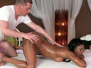 Uma Massagista De ébano Assado Fez Sixtynine. Massagem Ebony Oleada Babe Rimmed Enquanto Chupava Sixtynine Porn