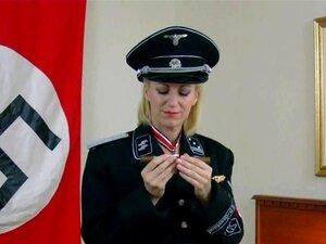 Ss Uniformes Nazista Rapariga Morina Fuma Um Charuto E Se Masturba Porn