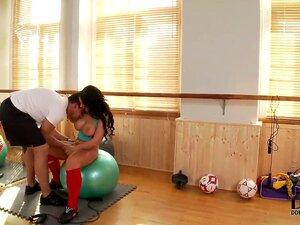 Kyra Hot Está Orgulhosa De Suas Mamas Grandes E Corpo Sexy Como Ela é Uma Instrutora De Fitness. A Miúda Mete-se Com O Cliente E Fazem-no No Ginásio. É Um Vídeo Incrível! Porn