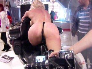 Garota Peituda Deslumbrante Posando Na Moto Porn