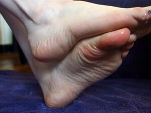 Foot Fun As A Babe Oil Up Her Sexy Toes And Nice Feet-Ari Dee Porn