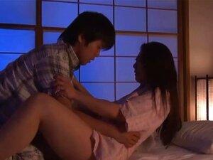 O Filho Visita A Mamã Japonesa à Noite Para Foder A Rata Dela. Porn