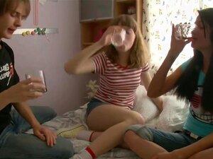 Teenies Juvenil Do Céu, Os 3 Estão Comemorando, E Ele Rapidamente Se Transforma Em Sexo Intensivo. Estes 2 Mulheres Sexy, Mindy E Miley São Tão Bonita, Que Um Companheiro Favorável. Porn