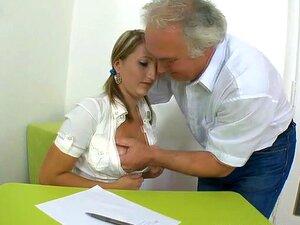 Deleitando Um Velho Professor, A Beleza Adorável Agrada Ao Seu Velho Mestre Excitado Zelosamente. Porn