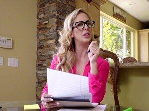 A Cherie Deville Das Mães Tem Uma Reunião, A Cherie é Uma Madrasta Que Só Faz Negócios. Ela Quer Preparar-se Para A Grande Reunião De Amanhã, Mas Pode Ouvir O Enteado Kyle A Ver Pornografia E é Muito Perturbador! No Fim Da Sua Sagacidade, A Viciada Em Tra Porn